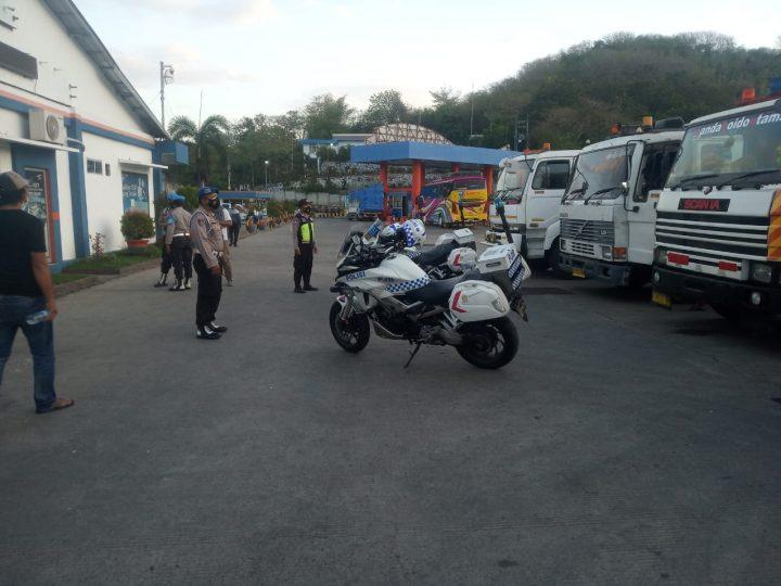 Kedatangan Logistik Grand Stand Kejuaraan World Superbike (WSBK) Di Kawal Ketat Tim polres lombok Barat.